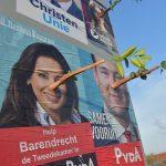"""Politici voorzien van """"Pinokkio neuzen"""" op verkiezingsbord Barendrechtseweg"""