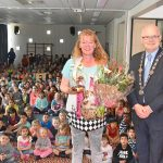 Caroline Boudewijns ontvangt Pluim en wordt toegezongen door leerlingen Dr. Schaepmanschool