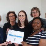 Studenten Verpleegkunde overhandigen cheque aan Hospice de Reiziger