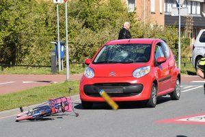 Fietser door auto geschept op kruispunt van Baanvakwei