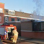 Schutting in brand aan het Leekstermeer