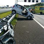Auto op vangrail, personen uit voertuig bevrijd bij ongeval op A15