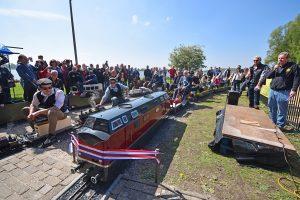Burgemeester door het lint: Nieuwe spoor Maasoever Spoorweg geopend