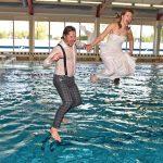 Huwelijk vieren met sprong van duikplank in Inge de Bruijn Zwembad