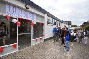 Kledingbank UnieK aan de Talmaweg officieel geopend