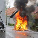 Brommer van postbode volledig afgebrand aan de Voordijk