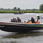 Kinderen met zeldzame ziekte varen mee in snelle boten over de Oude Maas