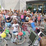 Leerlingen De Hoeksteen versieren fietsen ter afsluiting van verkeersveiligheidsproject