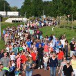 FOTO'S: Zonnige tweede wandeldag voor Avondvierdaagse deelnemers