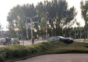 Auto komt rokend tot stilstand in bosjes na ongeval Dierensteinweg