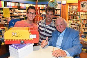 In de rij voor Aad van Toor alias Adriaan bij The Read Shop