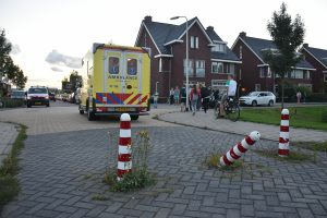 Jongen op scooter klapt tegen paaltje in wegdek aan Van der Hoekleede