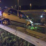 Auto belandt op vangrail van verbindingsweg A15-A29 thv Vrijenburg