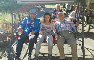 Burendag in Borgstede: Nieuwe schommelbank voor in de tuin