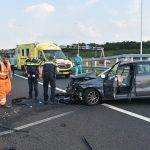 Auto tegen vangrail geklapt op verbindingsweg A15 Vaanplein