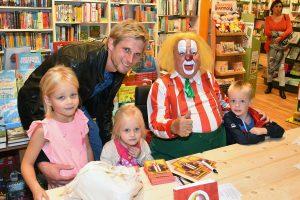 Allememaggies: Signeersessie van Clown Bassie bij The Read Shop op de Middenbaan