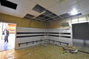 Waterlekkage door gesprongen leiding in plafond van kleedkamer Sporthal de Driesprong