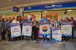 Cheques uitgereikt van 'Cash voor je club' actie in de Carnisse Veste