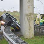 Auto schuift over vangrail Carnisser Baan en komt in botsing met pilaar viaduct Vrijenburg