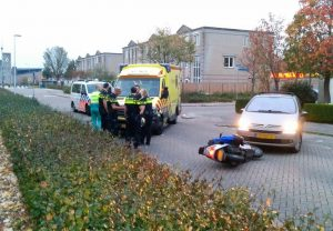 Bestuurder van motorscooter gewond bij aanrijding met auto aan de Harplaan