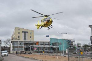 Traumahelikopter landt op gemeentehuisplein voor medische noodsituatie Dorpsstraat