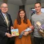 1e geboorteboekje 'Bas en Bo in Barendrecht' uitgereikt door Burgemeester van Belzen