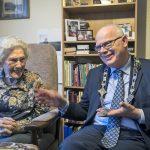 Burgemeester Van Belzen feliciteert 103-jarige mevrouw Den Otter