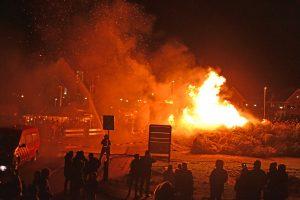 Kerstboomverbranding langs de Portlandse Baan tijdens stormachtige weer