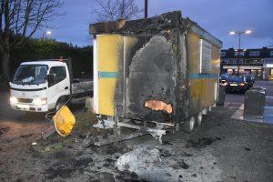 Bouwkeet in brand op parkeerterrein van MCD supermarkt aan de Gebroken Meeldijk