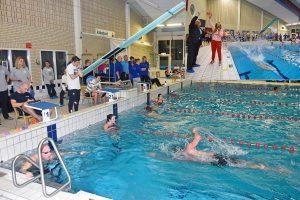 Hulpverleners zwemmen €18.986 bij elkaar voor Roparun tijdens zwemestafette 'Hulpverleners te water'