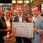 Cheque twv €1.000 voor Tennis Vereniging Barendrecht tijdens live uitzending Voetbal Inside