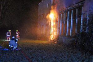 Uitslaande brand in leegstaand pand aan de Noldijk, beperkte hoeveelheid asbest vrijgekomen