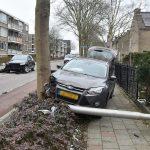 Auto raakt bij inhaalmanoeuvre van de Schaatsbaan, rijdt lantaarnpaal uit de grond en komt tegen boom tot stilstand