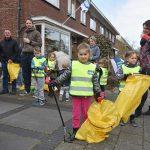 Schoonmaakactie in de Oranjewijk tijdens Landelijk Opschoondag 2018