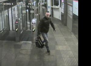 Camerabeelden: Inbreker Zweedijk-Akker gebruikt gestolen OV-chipkaart