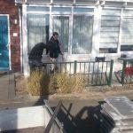 Samenwerking Edudelta en Present: Leerlingen helpen met tuinbestrating bij vrijwilligersprojecten