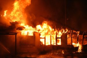 Grote uitslaande brand in loods aan de Achterzeedijk, Carnisselande in de rook