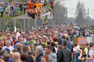 Foto's + video: Marathon Rotterdam over het Havenspoorpad
