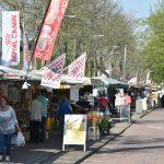 Markt voor het laatst op de Schaatsbaan, kleinere markt tijdens Koningsdag op gemeentehuisplein