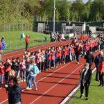 Koningsspelen op de Bongerd met recordpoging polonaise lopen door leerlingen van de Zeppelin, Draaimolen Hoeksteen en Tweemaster