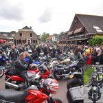 Deelnemers van Hemelvaart Motorrit met veel kabaal aangekomen op het Doormanplein