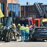 Auto belandt op zijkant bij ongeval Bijdorp-West, brandweer helpt vrouw uit voertuig
