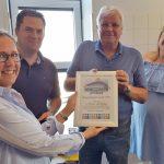 Bestuur en vrijwilligers Truckrun Barendrecht ontvangen Bruggenbouwers Award van Present