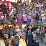Kinderen en wethouder verrichten officiële opening van vernieuwde Boon's Markt