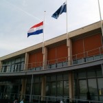 Vlag half stok op het gemeentehuis van Barendrecht