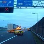 Auto belandt in vangrail na mogelijk afsnijden vrachtauto A15 Barendrecht