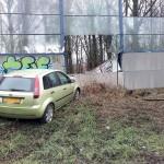 Auto klapt op geluidswal bij oprit A29 vanaf Kilweg