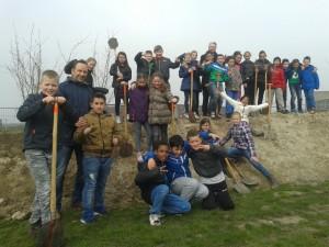 Groep 6 CBS Vrijenburg plant bomen op Nationale Boomfeestdag in Barendrecht