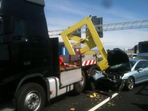 Personenauto botst achterop pijlwagen A15 Barendrecht