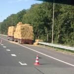 Hooibalen vallen van vrachtwagen op de A29 (Heinenoordtunnel), Barendrecht